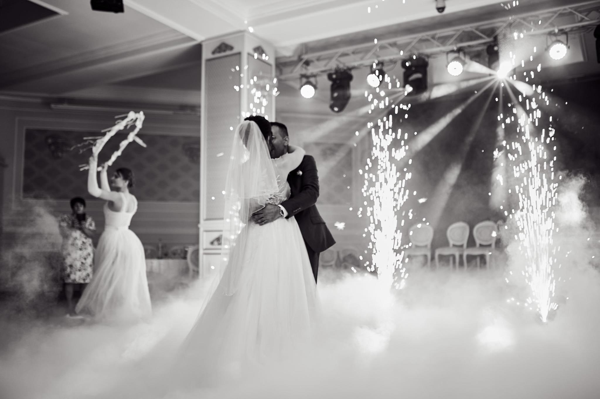 Iluminatul pentru evenimente sau pentru ce sunt efectele speciale pentru o nuntă sau cumatria și, în general, pentru sărbători?